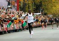 kipchoge maraton record 42 running marathon
