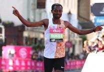 bekele running maraton marathon 42k 21k record 1
